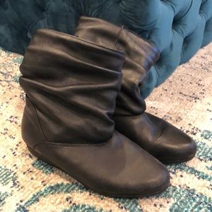 Genuine slouchy leather boots with faux fur.